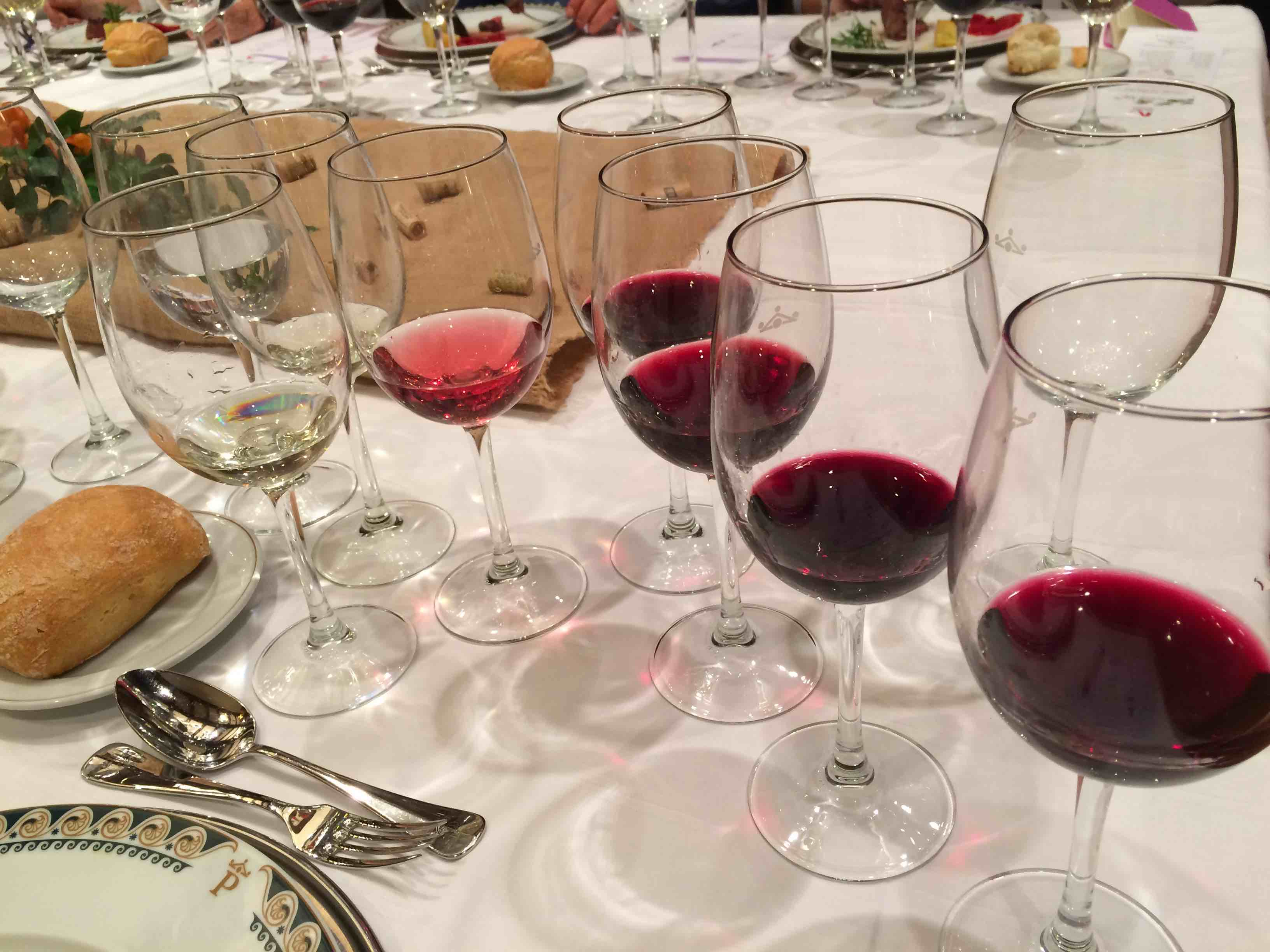 73045ff77f0 Punase veini valmistamiseks kasutatavad viinamarjasordid on väga  mitmekesised. Mõni sort annab õhukese värvi ja aroomitekstuuriga mahla,  mõni sort on nii ...
